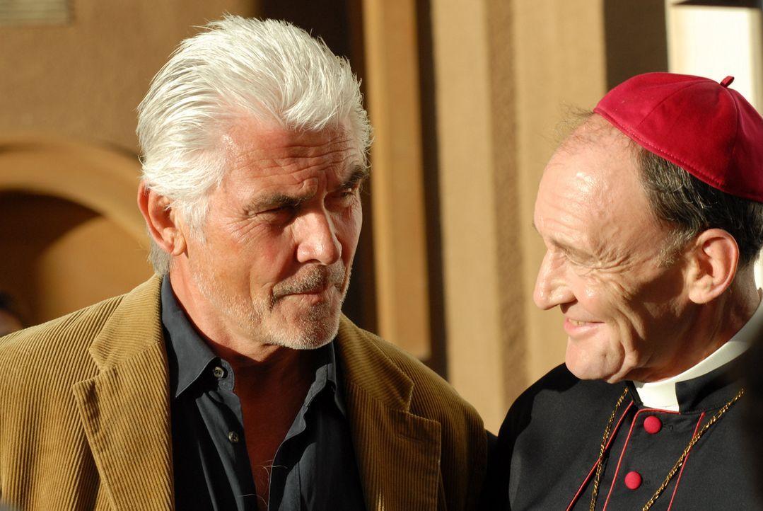 """Allein Kardinal Battaglia (Michael Mendl, r.) weiß, dass John """"Pa"""" Kubiak (James Brolin, l.) einen Lebenstraum hegt: Er will unbedingt ein antikes... - Bildquelle: TANDEM COMMUNICATIONS - All Rights Reserved"""