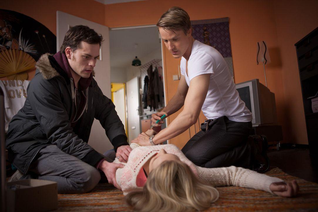 Als bei der schwangeren Saskia (Sonja Gerhardt, M.) lebensbedrohliche Komplikationen auftreten, beginnt für Tobi (Florian Bartholomäi, l.) und Dav... - Bildquelle: Conny Klein SAT.1