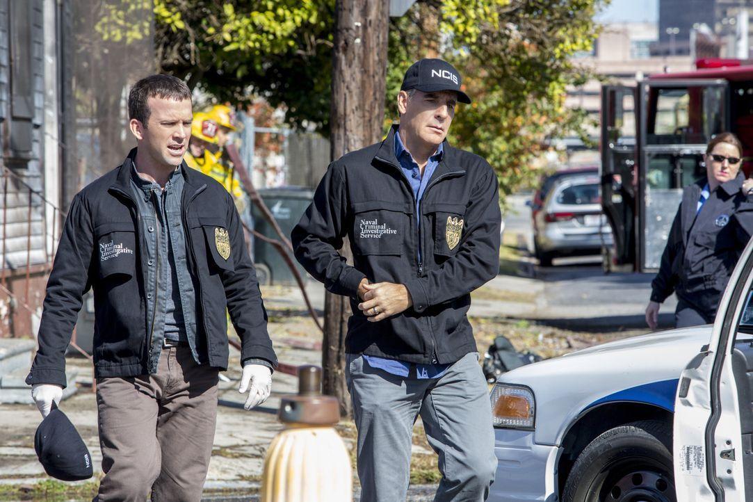 Nach einem Bombenanschlag während einer Benefiz-Gala versuchen Pride (Scott Bakula, r.) und Lasalle (Lucas Black, l.) alles, um den Täter zu fassen.... - Bildquelle: 2014 CBS Broadcasting Inc. All Rights Reserved.
