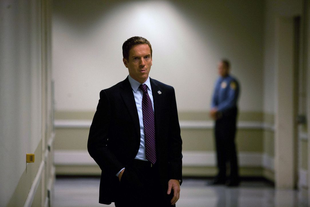Brody (Damian Lewis) wird in einem Operationsraum Zeuge der geplanten Verhaftung von Abu Nazir, die er allerdings im letzten Moment durch eine SMS-W... - Bildquelle: 20th Century Fox International Television