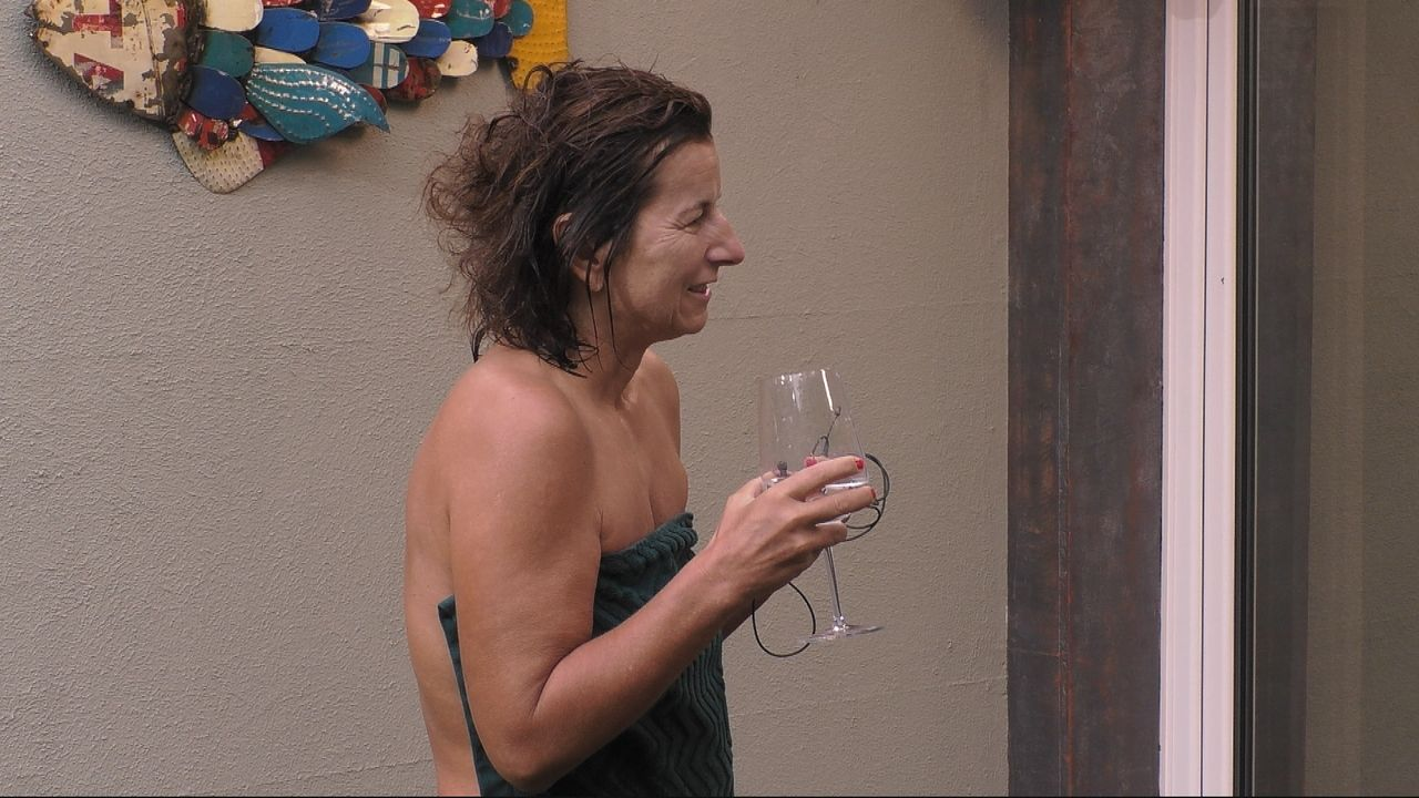 Claudia am Glas - Bildquelle: SAT.1
