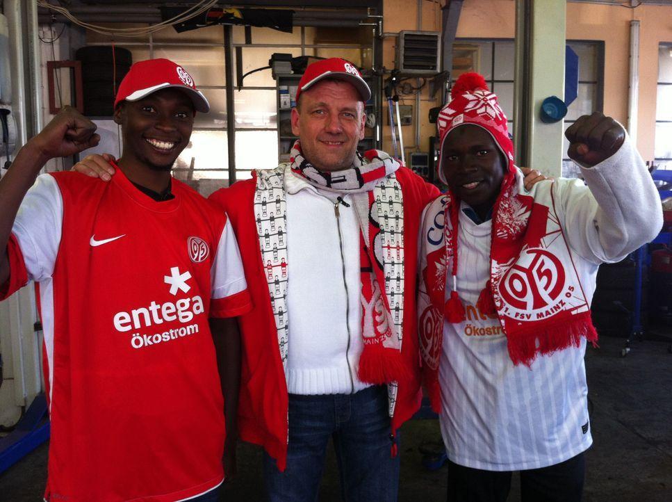 Yusuf (l.) und Christopher (r.) sind in Hessen im siebten Himmel. Zusammen mit Michael (M.) besuchen sie das Fußballstadion des Vereins Mainz 05. - Bildquelle: kabel eins