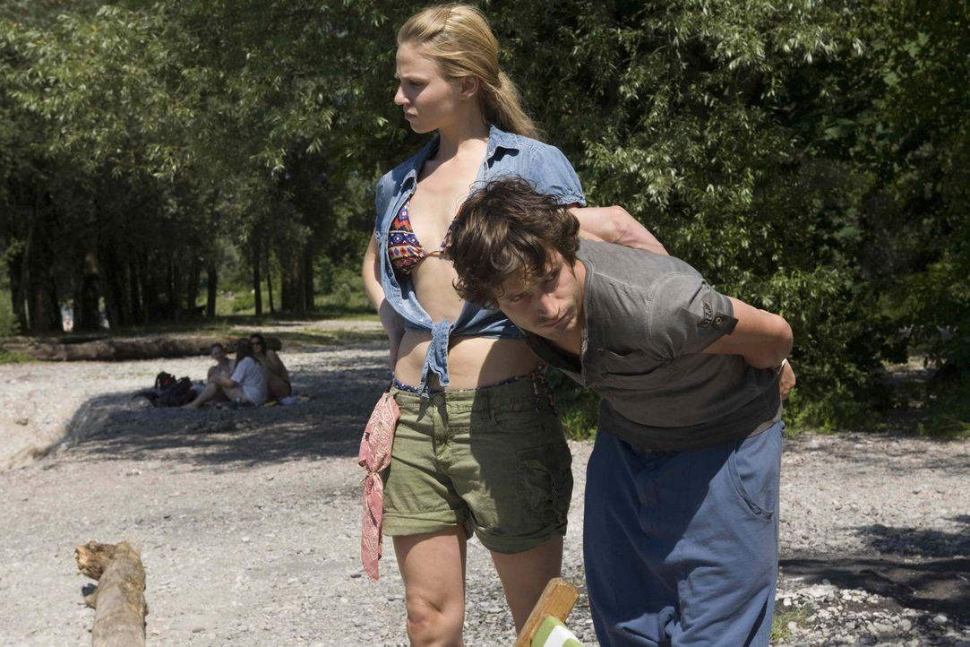 Zuerst stellt Kiki (Teresa Rizos, l.) einen Taschendieb (Franz Xaver Brückner, l.), dann stolpert sie auch noch über die Leiche einer jungen Frau... - Bildquelle: Erika Hauri SAT. 1