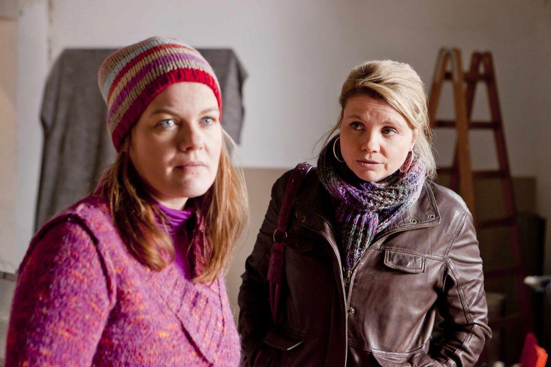 Mit großem Einsatz versucht Danni (Annette Frier, r.) Renate Winz (Birge Schade, l.) und ihrer Tochter Leni zu helfen. Doch wird sie Erfolg haben? - Bildquelle: SAT.1