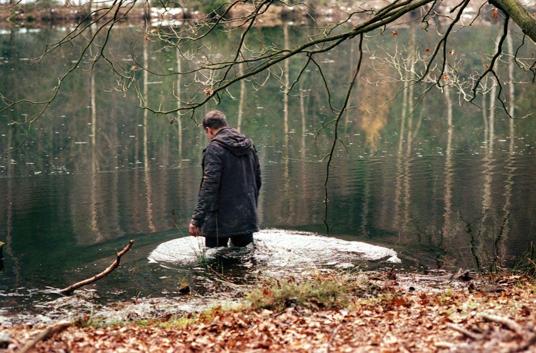 """Der Fotograf Marc (Benno Fürmann) wird immer wieder von unheimlichen Visionen geplagt, seitdem er in der Nähe des Einödhofs """"Hinterkaifeck"""" wohnt. V... - Bildquelle: Kinowelt"""