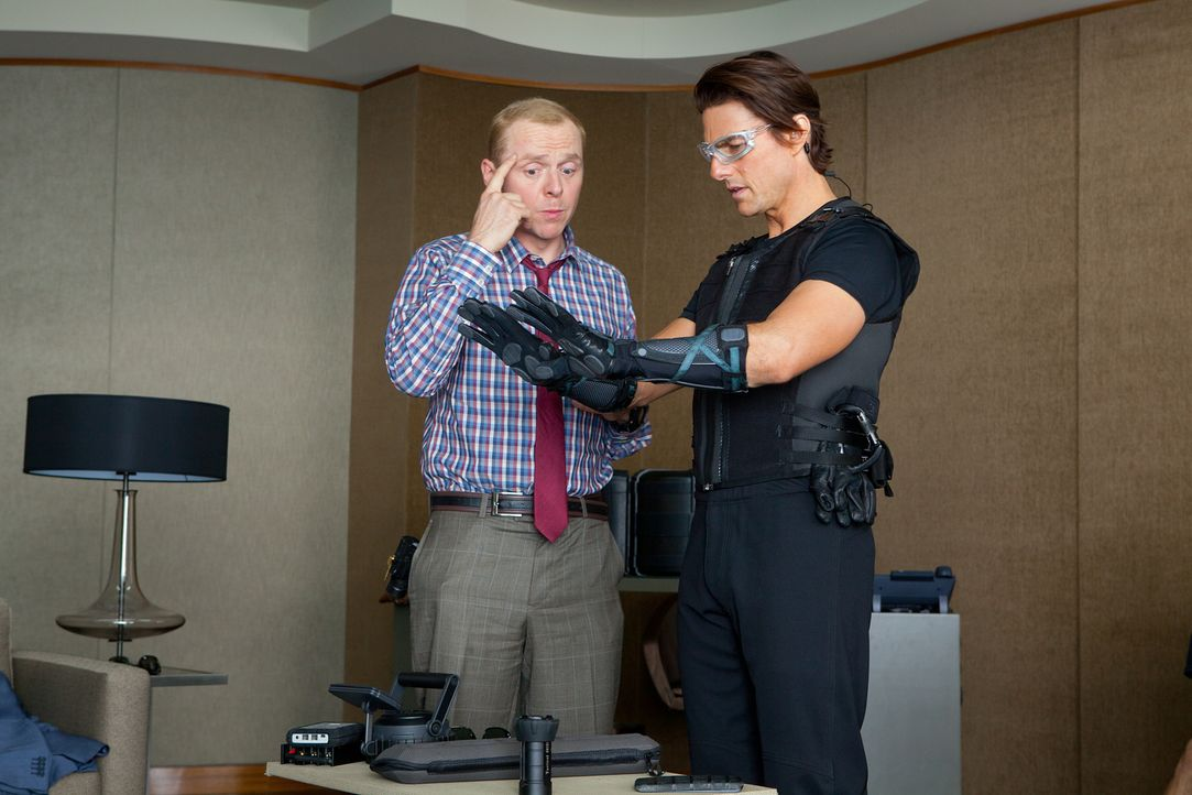 Noch ahnt der Geheimagent Ethan (Tom Cruise, r.) nicht, was Benji (Simon Pegg, l.) mit ihm vorhat. Um in den Serverraum von dem höchsten Gebäude der... - Bildquelle: 2011 Paramount Pictures.  All Rights Reserved.
