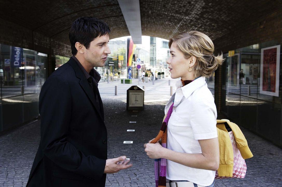 Nik (Oliver Bootz, l.) überredet Vic (Anna Kubin, r.), mit ihm auszugehen … - Bildquelle: Gordon Mühle ProSieben