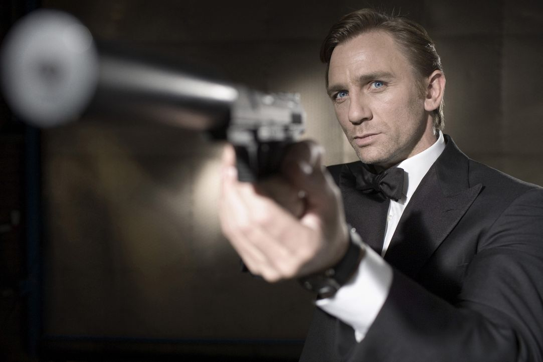 James Bond (Daniel Craig) wird auf den skrupellosen Finanzhai Le Chiffre angesetzt ... - Bildquelle: 2006 DANJAQ, LLC, UNITED ARTISTS CORPORATION AND COLUMBIA PICTURES INDUSTRIES, INC. ALL RIGHTS RESERVED.