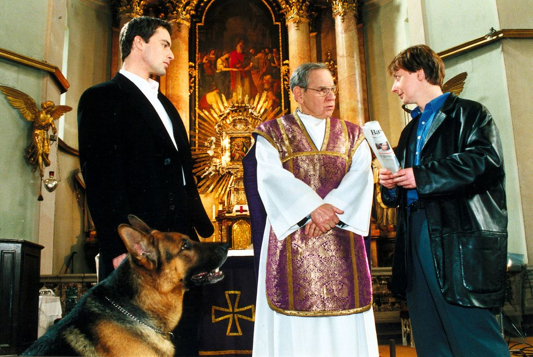 Kommissar Brandtner (Gedeon Burkhard, l.) und Christian Böck (Heinz Weixelbraun, r.) befragen den Pfarrer Hannes Auer (Otto Tausig, M.) zu dem Fall. - Bildquelle: Ali Schafler Sat.1