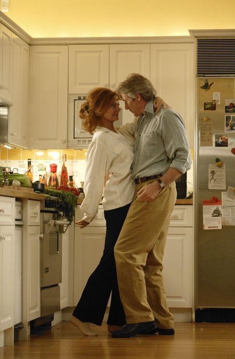 John Clark (Richard Gere, r.) hat einen guten Job, eine wunderbare Ehefrau (Susan Sarandon, l.) und zwei reizende Kinder. Doch trotz allem wird er d... - Bildquelle: Buena Vista International Television