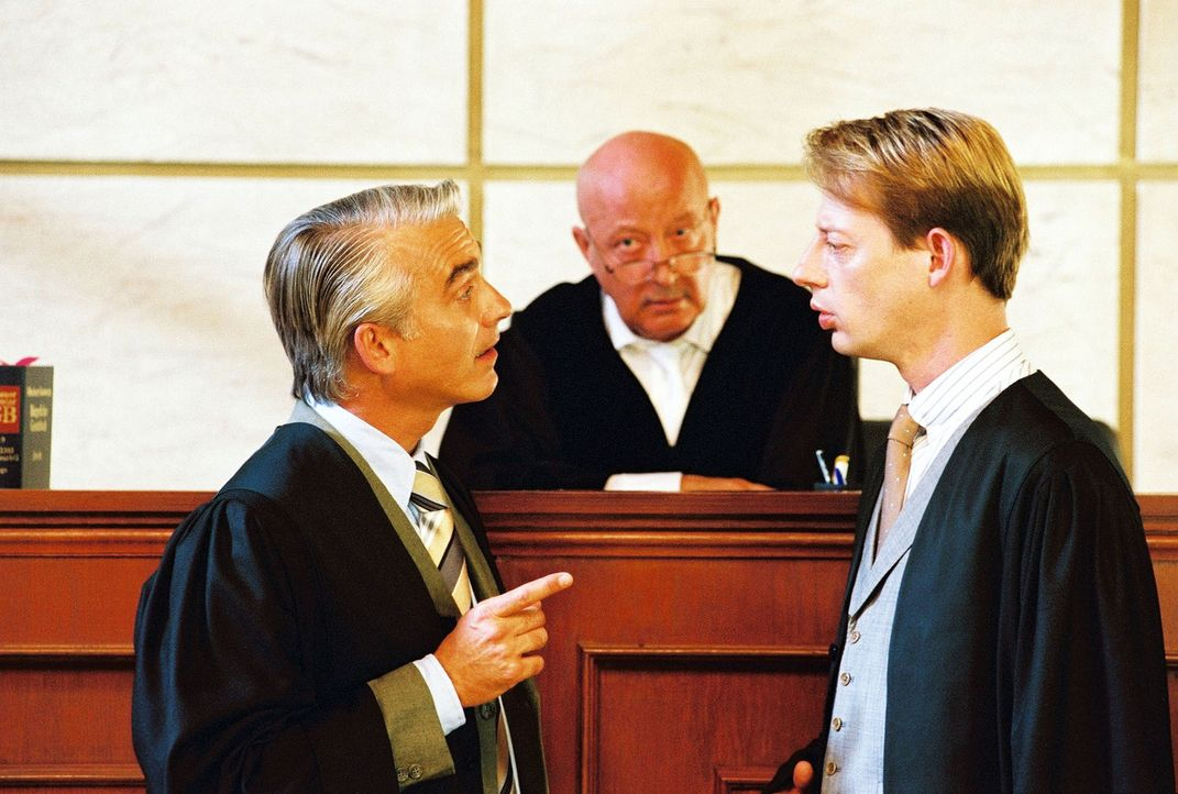 Zwischen Felix (Christoph M. Ohrt, l.) und seinem Juristenfreund Vanderheiden (Luc Veit, r.) kommt es vor dem vorsitzenden Richter Schubert (Wolf-Di... - Bildquelle: Hardy Spitz Sat.1