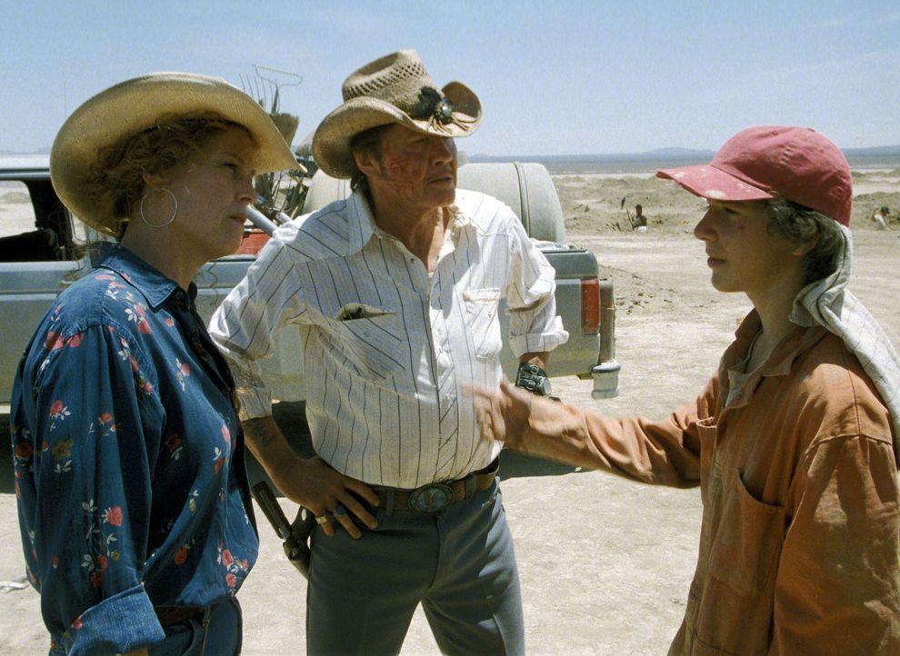 Die Leiterin des Jugendstraftäterlagers, The Warden (Sigourney Weaver, l.), wartet ungeduldig darauf, dass die Jungs (Shia LaBeouf, r.) endlich etw... - Bildquelle: Buena Vista Pictures Distribution