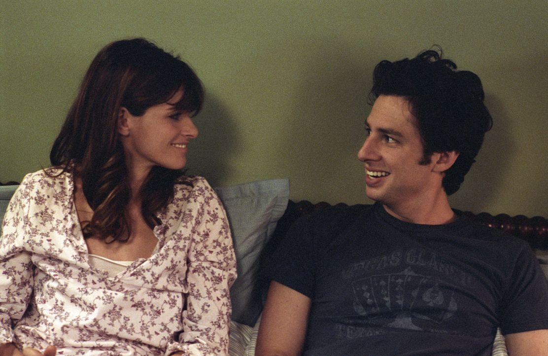 Als Anwältin Sofia (Amanda Peet, l.) schwanger wird, muss der arbeitsscheue Tom Reilly (Zach Braff, r.) in der Agentur seines Schwiegervaters anheue...