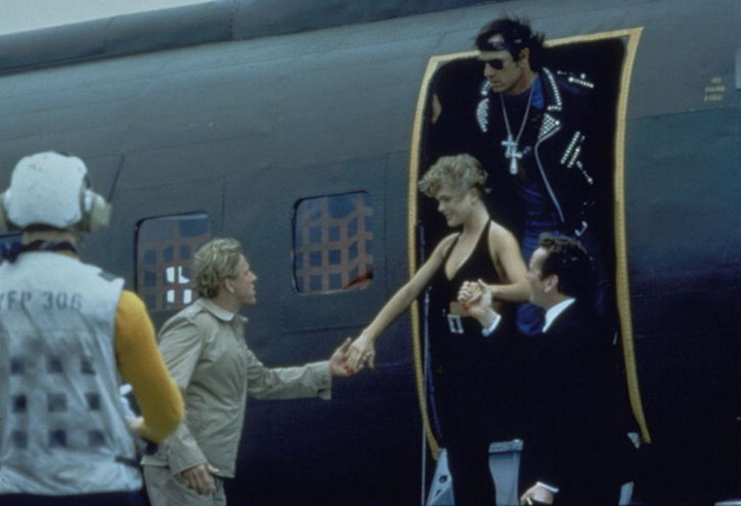 Als Geburtstagsüberraschung von dem Ersten Offiziers, Commander Krill (Gary Busey, l.),getarnt landen Playboy-Bunny (Erika Eleniak) und Terrorist W... - Bildquelle: Warner Bros.