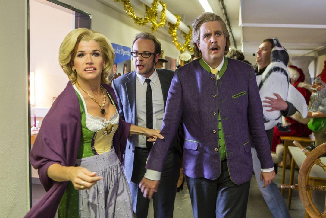 """Bastian (Bastian Pastewka, r.) ist zusammen mit Anke (Anke Engelke, l.) auf dem Weg zu einer Charity-Gala, bei der sie als """"Wolfgang & Anneliese"""" au... - Bildquelle: Frank Dicks SAT.1"""