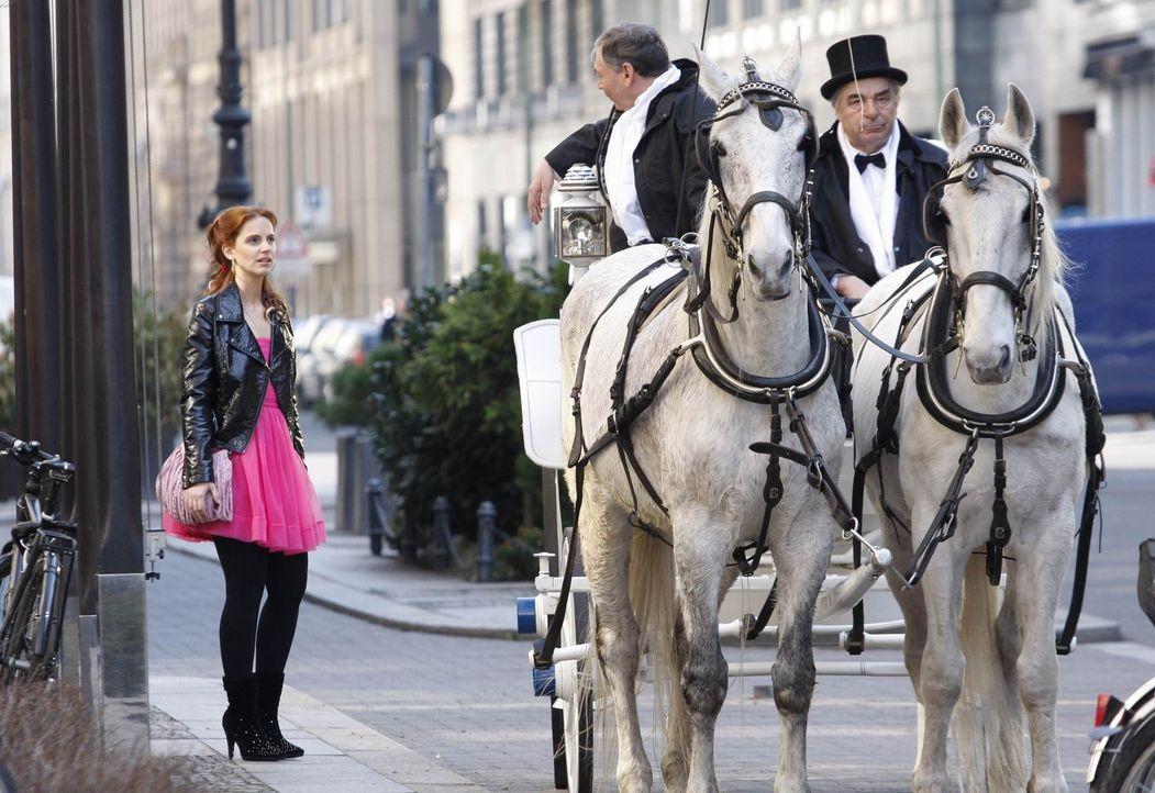Manu (Marie Zielcke, l.) wird vollkommen unerwartet zu einer romantischen Kutschfahrt abgeholt. Steckt Mark dahinter? - Bildquelle: SAT.1