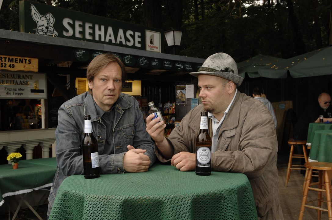 Mit Wehmut erinnert sich Armin (Rainer Will, l.) an die Trennung von Susanne und erzählt seinem Trinkkumpan (Kilian Graul, r.) davon ... - Bildquelle: Sat.1