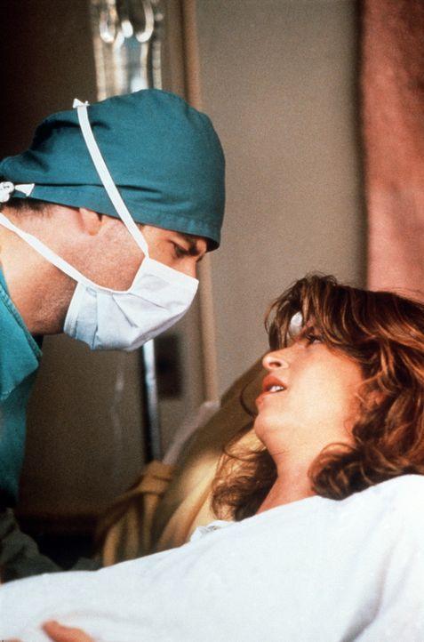 Der sympathische Taxifahrer James (John Travolta, l.) steht der hübschen Molly (Kirstie Alley, r.) bei der Geburt ihres Sohnes bei. Und der Bengel... - Bildquelle: TriStar Pictures