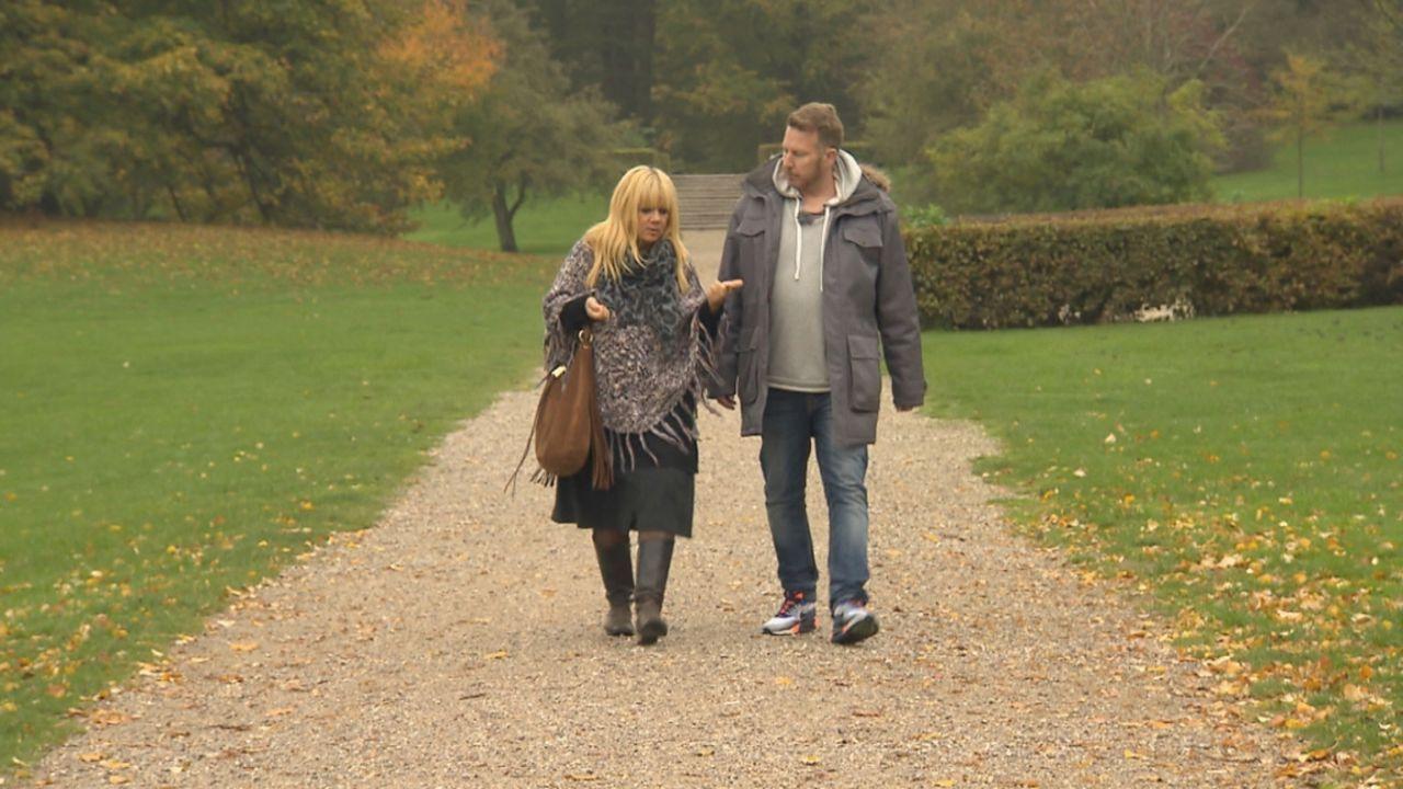 Julia Leischik (l.) macht sich auf den Weg nach Norwegen, um den Bruder von  Angelika und Michelle zu finden ... - Bildquelle: SAT.1