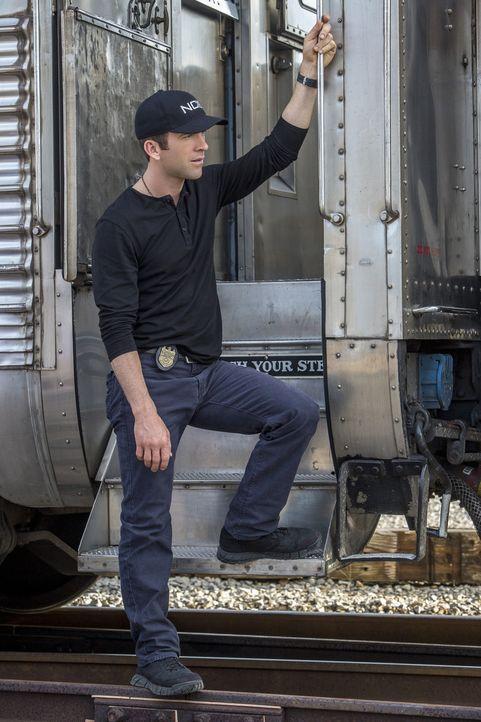 Während ihrer Ermittlungen in einer Schießerei identifizieren LaSalle (Lucas Black) und seine Kollegen zufällig einen mutigen Helfer anhand von Fing... - Bildquelle: Skip Bolen 2015 CBS Broadcasting, Inc. All Rights Reserved.