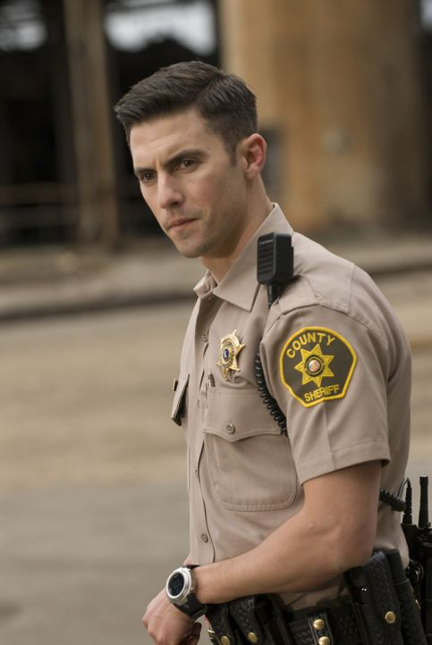 Police Officer Eckhard (Milo Ventimiglia) wird stutzig, als er Geräusche aus einer abgelegenen Lagerhalle hört - mit fatalen Folgen ... - Bildquelle: Lacey Terrell 2009 Screen Gems, Inc. All Rights Reserved.