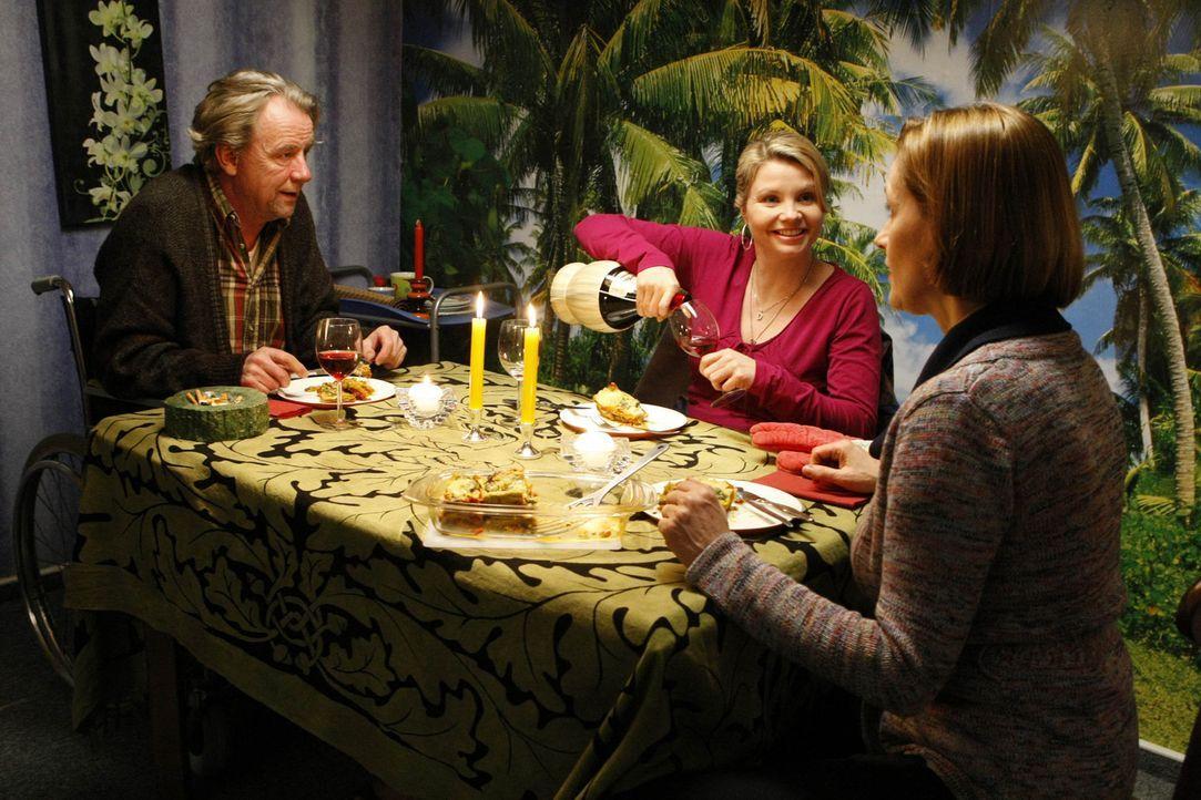 Ein gemütliches Essen: Danni (Annette Frier, M.), Kurt (Axel Siefer, l.) und seine Freundin Erika (Sabine Bach, r.) ... - Bildquelle: SAT.1