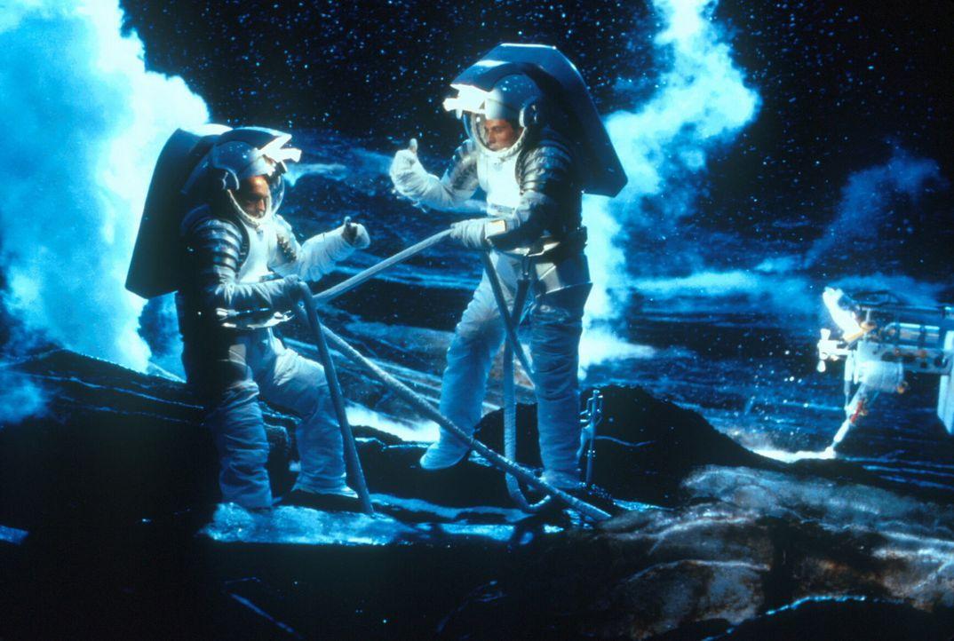 Mit dem neuentwickelten Raumschiff können die Astronauten auf dem Kometen landen. Doch die von ihnen verursachten Atomexplosionen zeigen nicht die... - Bildquelle: TM+  1998 DreamWorks L.L.C. and Paramount Pictures All Rights Reserved