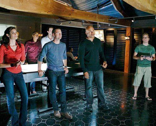 Werden mit ihrem neuen Fall vertraut gemacht: Special Agent Kensi Blye (Daniella Ruah, l.), Dominic Vail (Adam Jamal Craig, 2.v.l.), Psychologe Nate... - Bildquelle: CBS Studios Inc