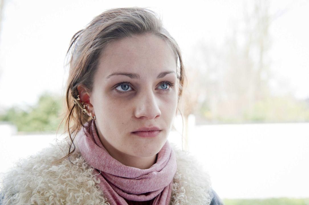 Wird in einem Mordfall gesucht: Lizzy (Karoline Teska, l.) ... - Bildquelle: Martin Rottenkolber SAT.1