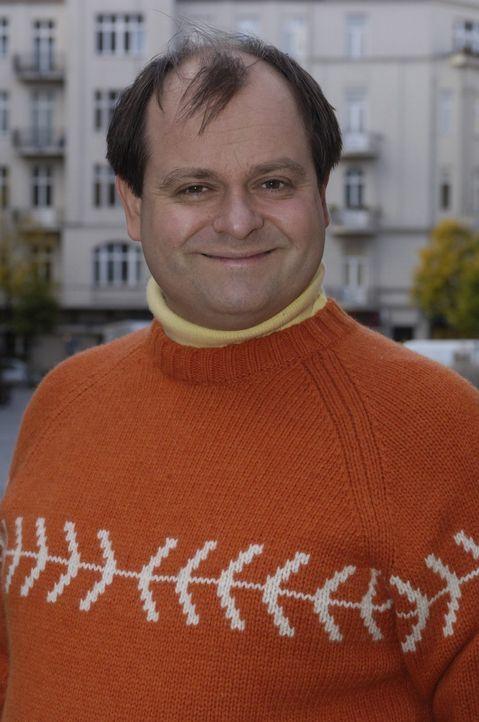 Markus Majowski, der erfahrene Mitbewohner der COMEDY WG, nimmt den Neuling unter seine Fittiche ... - Bildquelle: Max Kohr Sat.1