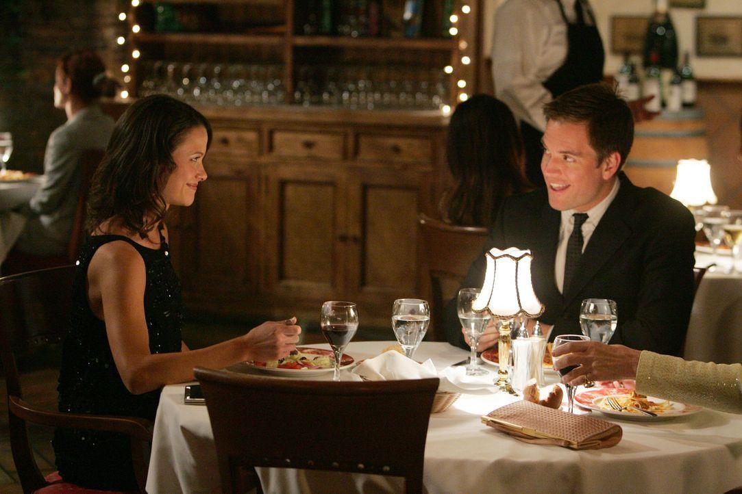 Während Shepard bei einem Treffen einen Informanten verliert, trifft sich Tony DiNozzo (Michael Weatherly, r.) mit Jeanne (Scottie Thompson, l.) un... - Bildquelle: CBS Television