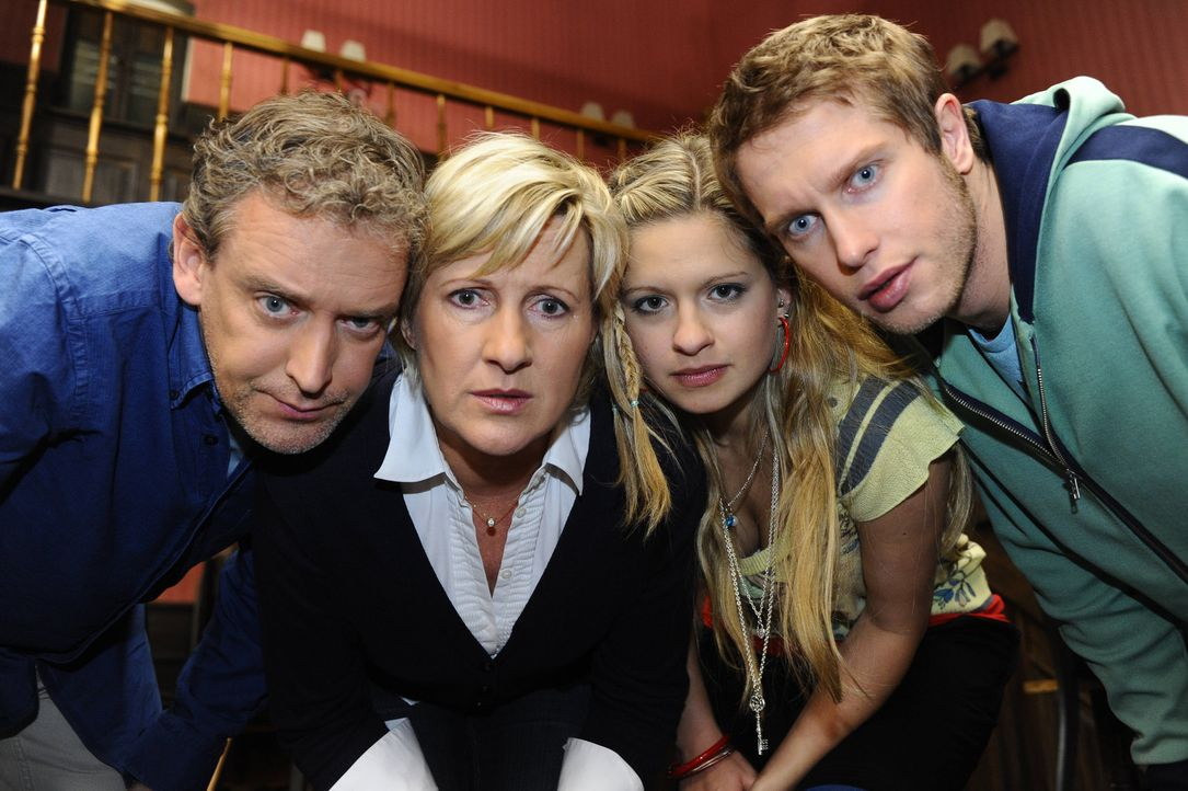 Auf der Suche nach dem vermeintlichen Gespenst: (V.l.n.r.) Ingo (Wolfgang Wagner), Susanne (Heike Jonca), Mia (Josephine Schmidt) und Jojo (Bernhard... - Bildquelle: SAT.1