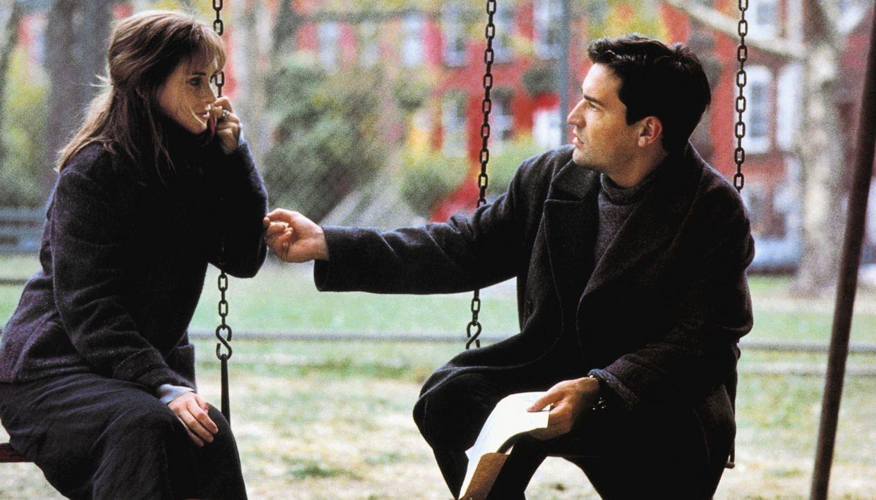 Um ein Unheil zu verhindern, muss Maya (Winona Ryder, l.) den Atheisten (Ben Chaplin, r.) jedoch davon überzeugen, dass es die Verschwörer auf ihn... - Bildquelle: Kinowelt Filmverleih
