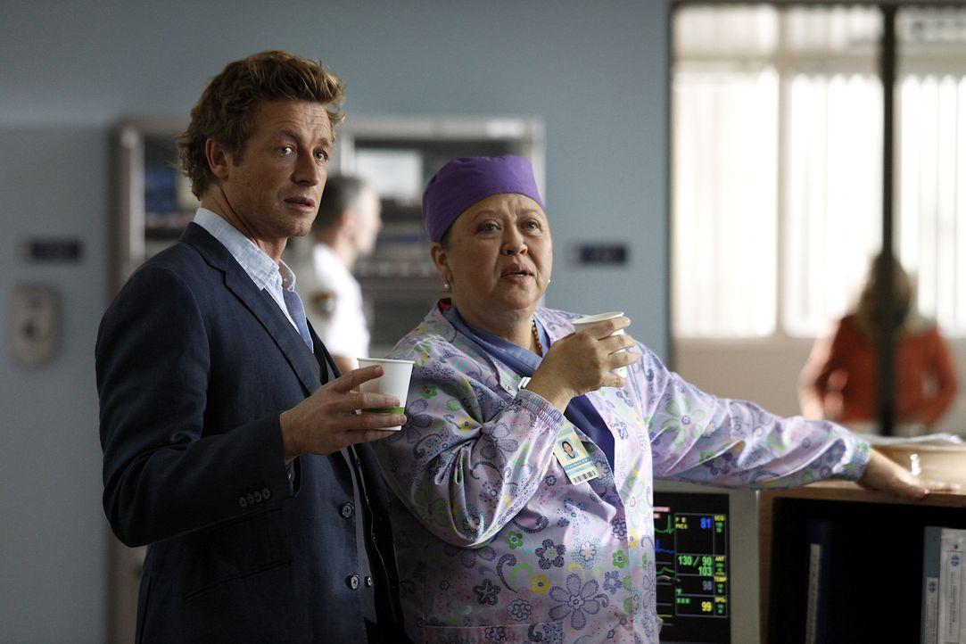 Nachdem auf einem Golfplatz ein Arzt tot aufgefunden wurde, werden Patrick (Simon Baker, l.) und seine Kollegen hinzugezogen. Das Team vermutet den... - Bildquelle: Warner Bros. Television