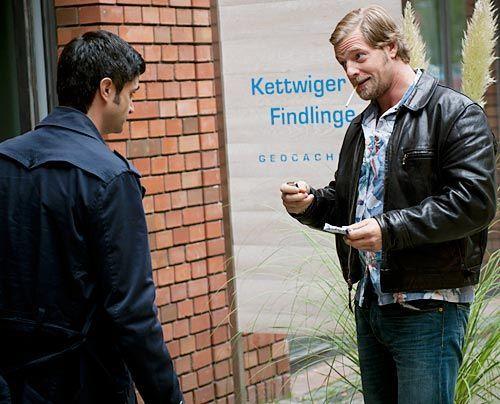 Ein Mordfall führt Mick (Henning Baum, r.) und Andreas (Maximilian Grill) in die Welt der modernen Schatzsuche. Moritz Weber, der Gründer eines Es... - Bildquelle: Martin Rottenkolber - Sat1