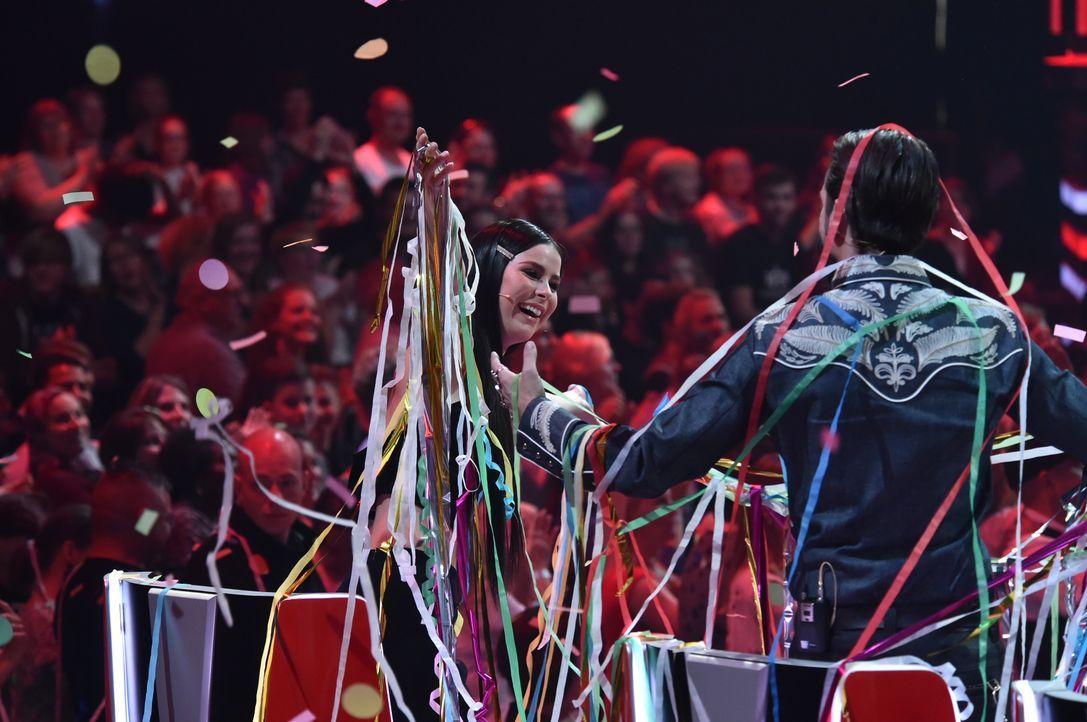 Lena und BossHoss mit Luftschlangen - Bildquelle: SAT.1 / Andre Kowalski