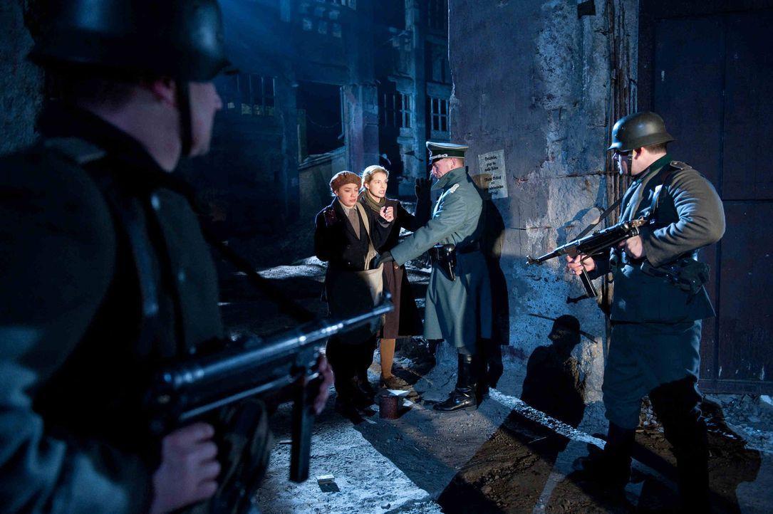 Während Ellen (Yvonne Catterfeld, M.r.) fliehen kann, wird ihre Freundin Gertrud (Jytte-Merle Böhrnsen, M.l.) von einer Patrouille erschossen. Ellen... - Bildquelle: SAT.1