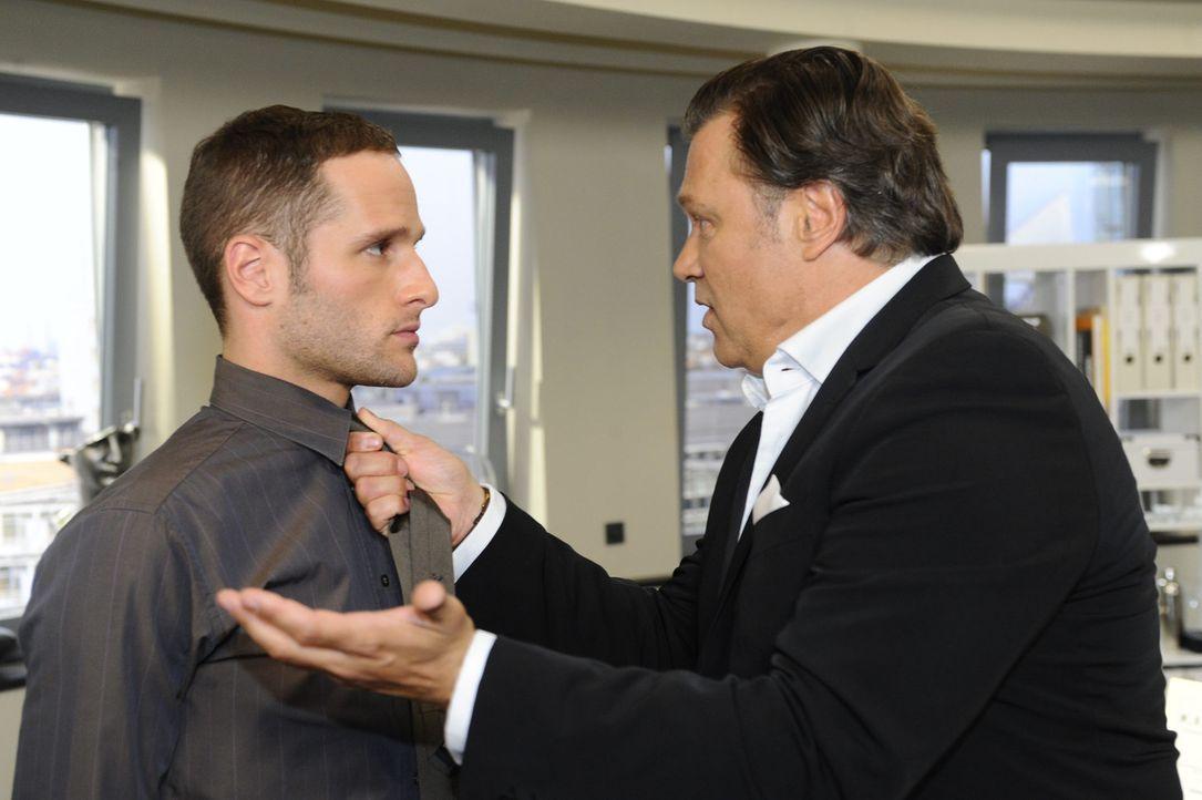 Richard (Robert Jarczyk, r.) stellt seine Sohn David (Lee Rychter, l.) zur Rede ... - Bildquelle: SAT.1