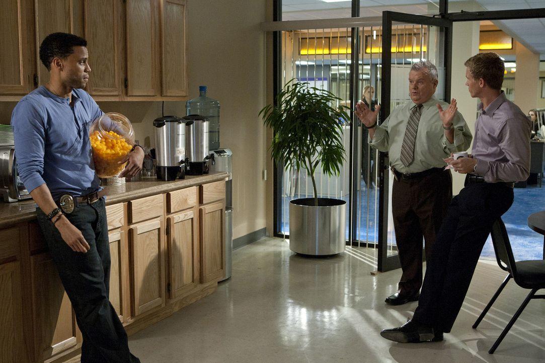 Hat einen neuen Fall für Travis (Michael Ealy, l.) und Wes (Warren Kole, r.): Captain Sutton (Jack McGee, M.) ... - Bildquelle: 2012 USA Network Media, LLC