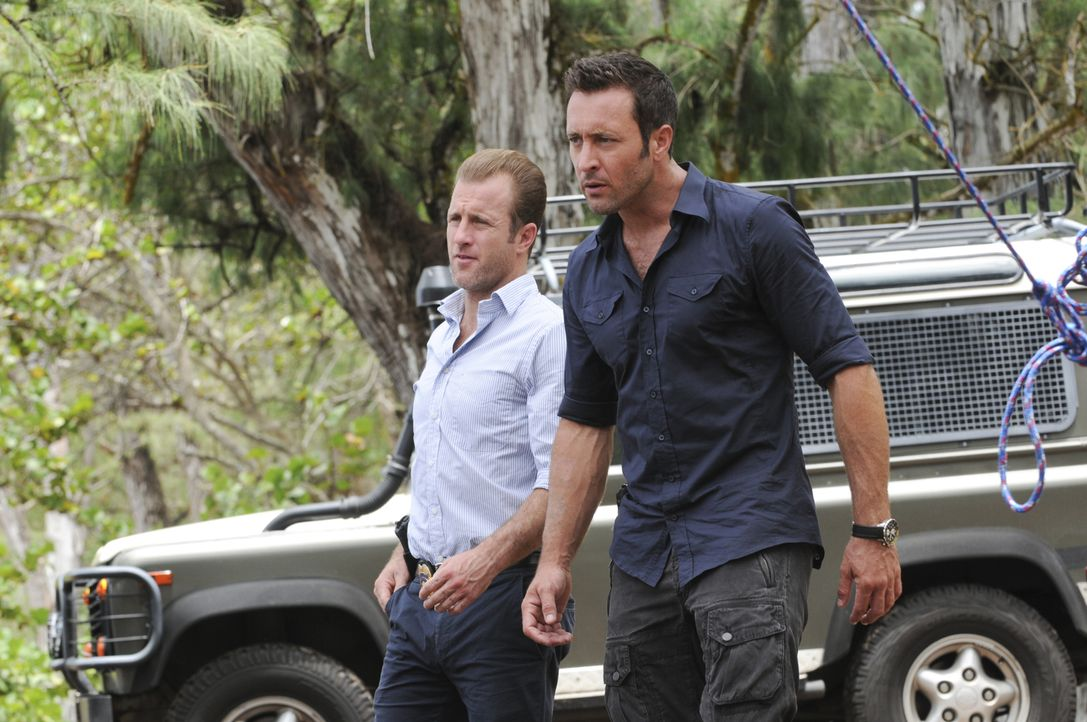 Ahnen noch nicht, dass ihre Freunde Kono und Adam in großer Gefahr sind: Steve (Alex O'Loughlin, r.) und Danny (Scott Caan, l.) ... - Bildquelle: Norman Shapiro 2015 CBS Broadcasting, Inc. All Rights Reserved