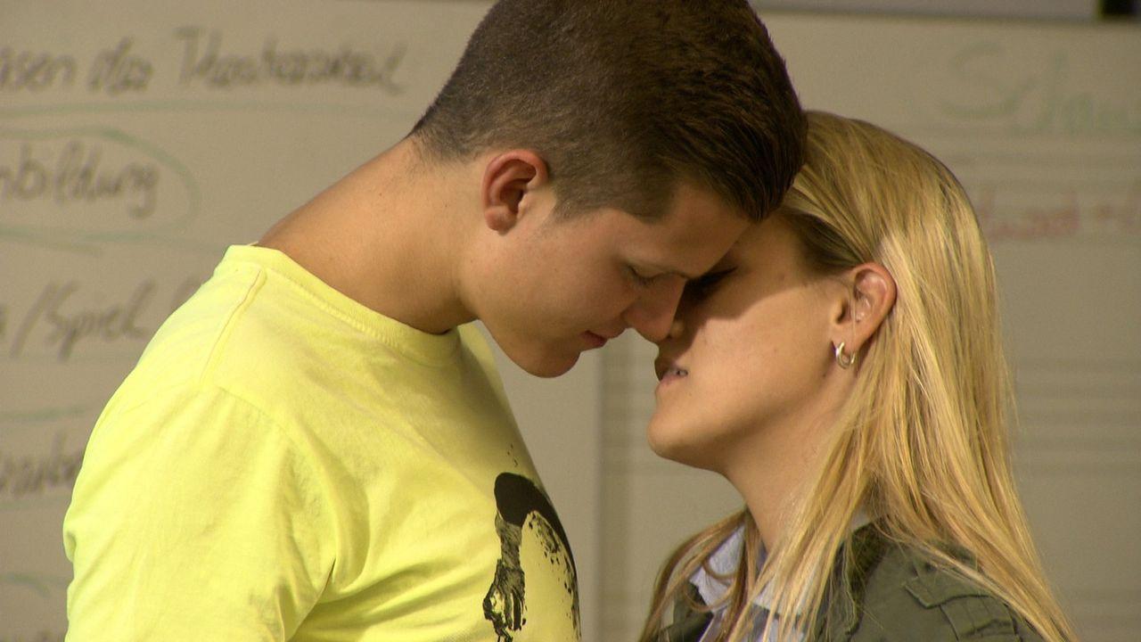 Sie ist 25 - er ist 16. Sie ist Lehrerin - er ist ihr Schüler. Doch Corinna (r.) und Marius (l.) lieben sich. Eine verbotene Liebe, die nicht sein... - Bildquelle: SAT.1
