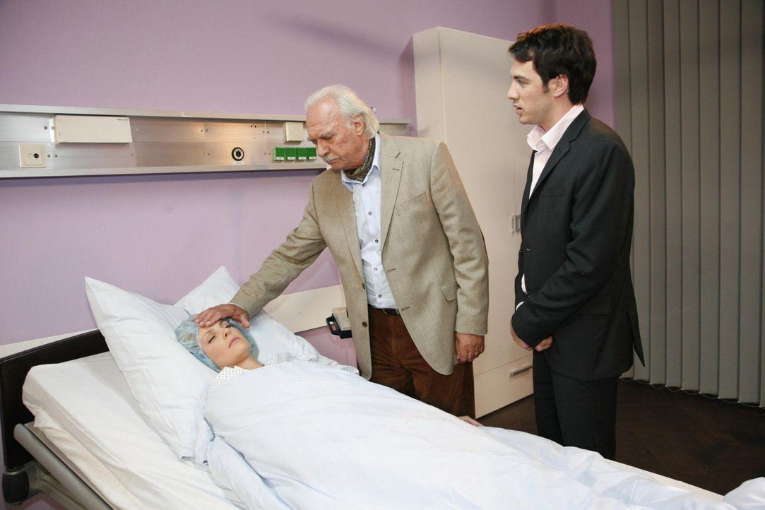 Als Mark (Arne Stephan, r.) von Dr. Moll (Achim Wolff, M.) erfährt, dass Alexandra (Ivonne Schönherr, l.) eine Fehlgeburt hatte, ist er todtraurig... - Bildquelle: SAT.1