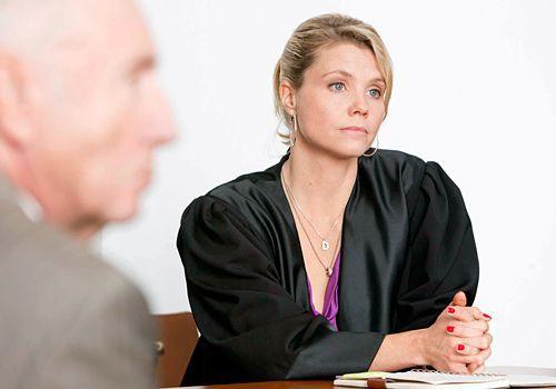 Vor Gericht: Kann Danni (Annette Frier) beweisen, dass der Tod von Frau Hoppe hätte verhindert werden können? - Bildquelle: Frank Dicks - Sat1