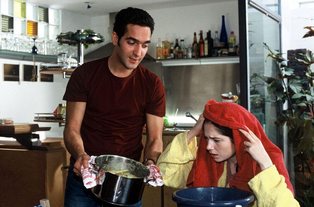 Die kranke Frau (Emily Wood, r.), ihr treu sorgender Ehemann (Thomas M. Held, l.) und eine heiße Hühnersuppe - jetzt kann eigentlich nichts mehr sch... - Bildquelle: Guido Engels Sat.1