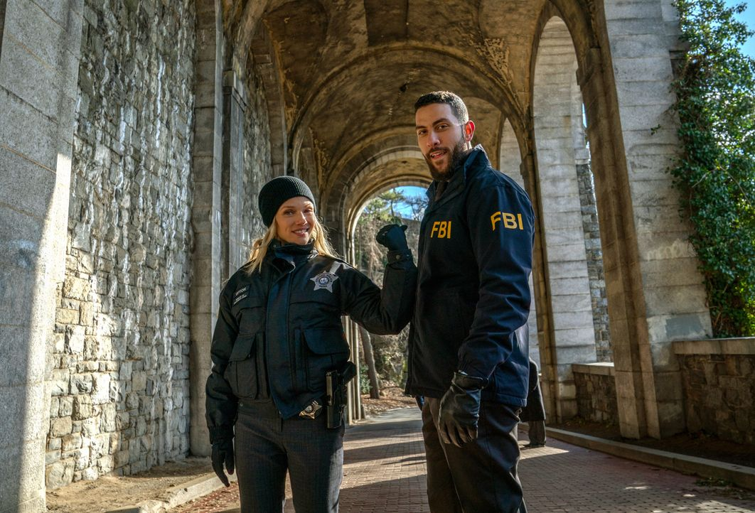 Hailey Upton (Tracy Spiridakos, l.); Special Agent Omar Adom 'OA' Zidan (Zeeko Zaki, r.) - Bildquelle: Mark Schafer 2020 CBS Broadcasting, Inc. All Rights Reserved. / Mark Schafer