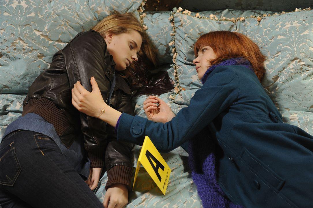 Chloé (Odile Vuillemin, r.) versucht, mit einem etwas anderen Blick den Mord an Maryline Hardouin (Audrey DeWilder, l.) aufzuklären ... - Bildquelle: 2008 - Beaubourg Audiovisuel/BeFilms/RTBF (Télévision Belge)
