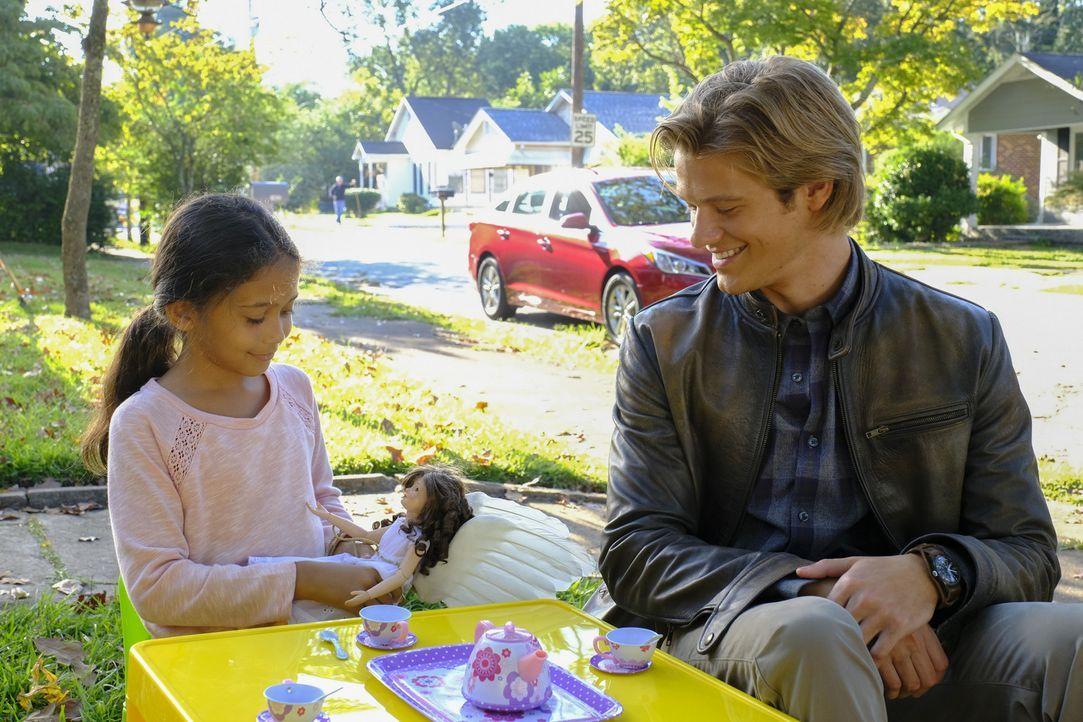 """Nachdem """"The Ghost"""" vor fünf Jahren seinen Freund und Vorgesetzten in Kabul getötet hat, besucht MacGyver (Lucas Till) nun seine kleine Tochter. Kan... - Bildquelle: 2016 CBS Broadcasting, Inc. All Rights Reserved"""