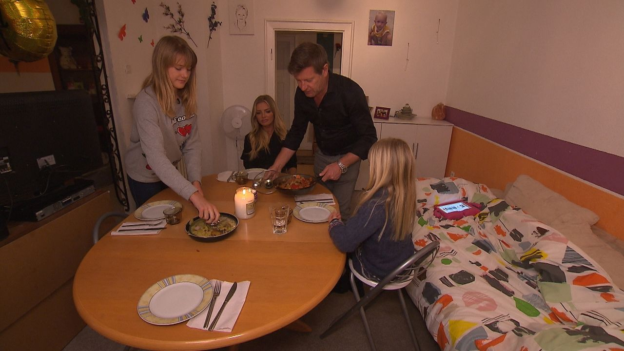 Wie meistern die Böschs ihr neues Leben in der Mitwohnung? Statt Sterneküche, Lebensmittel von der Tafel ... - Bildquelle: SAT.1