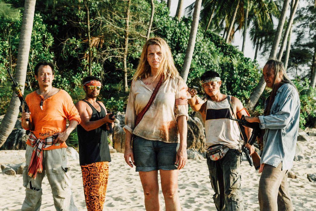 Vom Traumurlaub zum Horrortrip: Als Piraten (Sahajak Boonthanakit-Poo, l.) ein Luxusressort auf einer abgelegenen Insel stürmen und die Hotelgäste a... - Bildquelle: Hans-Joachim Pfeiffer SAT.1