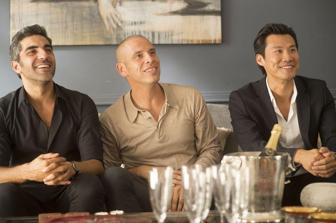 Der Jude David (Ary Abittan, l.), der Muslim Rachid (Medi Sadoun, M.) und der Chinese Chao (Frédéric Chau, r.) sind ihrem Schwiegervater, dem konser... - Bildquelle: 2014 - Neue Visionen Filmverleih GmbH